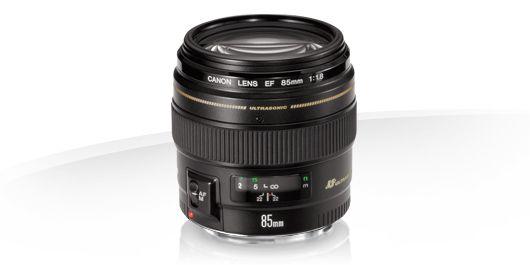 Canon EF 85mm f/1.8 USM. 9 lentilles en 7 groupes, diaphragme de 8 lamelles, distance mini de mise au points de 85cm. Poids de 425gr.