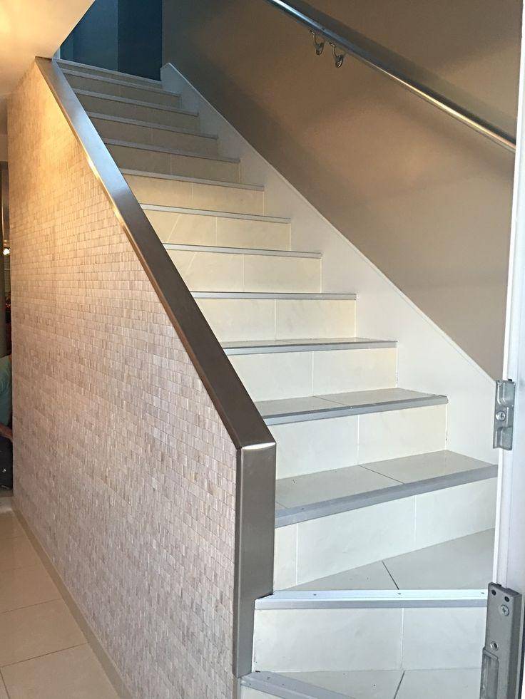Les 25 meilleures id es de la cat gorie pose de papier peint sur pinterest papier peint toile for Peinture cage d escalier