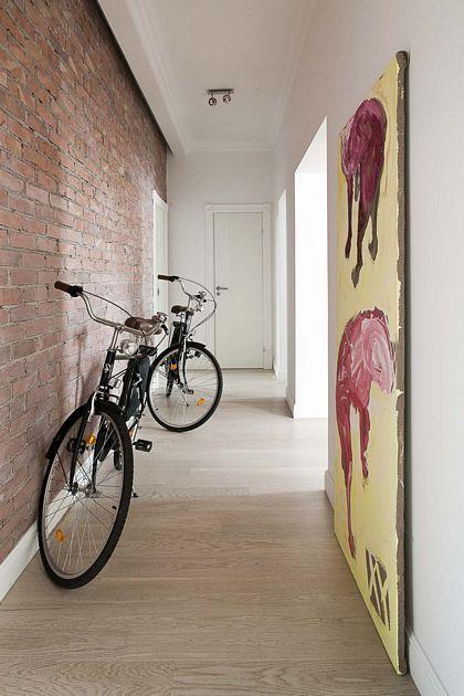 Minimalistyczny przedpokój z ceglaną ścianą / Minimalist hall combined with brick wall.