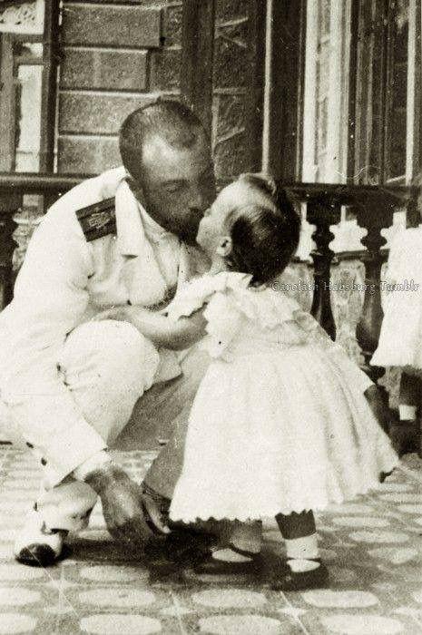 Imagem fofa do dia: Foto do Grão-duque Alexandre Mikhailovich, beijando seu filho, o Príncipe Andrei Alexandrovich. 1898. <3