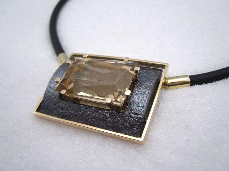 Gult gull anheng med oksidert sølv og kvartz #Donnassmykkegalleri #smykkelås #lås