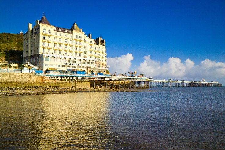 The Grand Hotel and Llandudno Pier, North Wales. For commercial use please visit www.walesonview.com Reference: NVW-A05-0809-0234