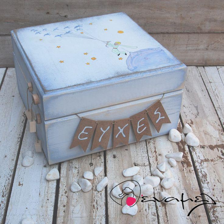 Kουτί ευχών Μικρός Πρίγκιπας Ξύλινο χειροποίητο για να ρίξουν μέσα τις ευχές τους οι καλεσμένοι σας. Στο εμπρόσθιο τμήμα υπάρχουν κρεμασμένα γράμματα που σχηματίζουν τη λέξη ευχές.    Συνοδεύετε από 50 κομμάτια χονδρό χαρτονάκι για να γράψουν οι καλεσμένοι τις ευχές τους. - Για έξτρα