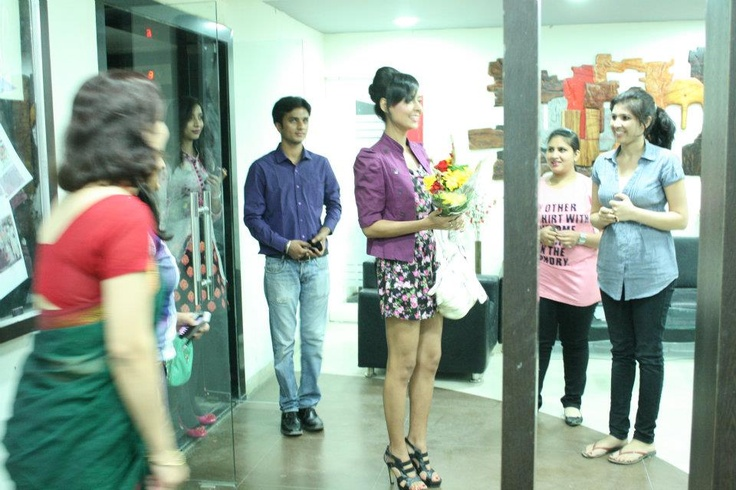 Former Miss India(Best Body) Mrinalini Tyagi being welcomed at Virtual Voyage.