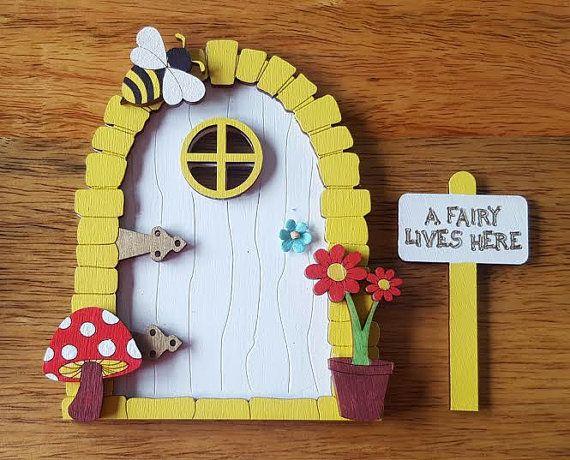 Schattige gele en witte fairy deur. Handbeschilderd met weinig portal venster, bronzen deur scharnieren en bloem deurklink.  De fairy dooris afgewerkt met een schattig houten hommel met glittery vleugels, bloempot. paddestoel en een beetje A Fairy woont hier ondertekenen.  Deze kleine pixie/fairy deur op of boven de plint plaatsen en laat uw kleine degenen verbeelding in werking gestelde wild.  Deze zijn geweldig wanneer uw kind er eerst wiebelende krijgt tand. Pop van de tand voor de deur…