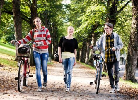 Nuorten Akatemian Liikkuva -draamatyöpaja on valmis paketti opettajille. Teemana on 13-19-vuotiaiden liikkumiseen ja liikenteeseen liittyvät valinnat. Työpajan voi helposti yhdistää ilmiöpohjaisesti esimerkiksi äidinkielen tai liikunnan tuntiin.  #liikenneviikko #liikennekasvatus