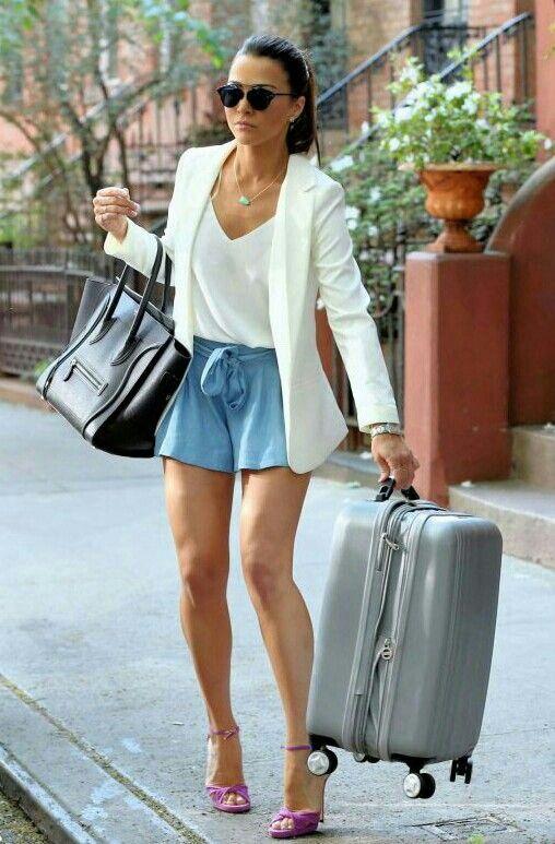 Você também pode ficar chique e fashion numa combinação de blazer e short, como…