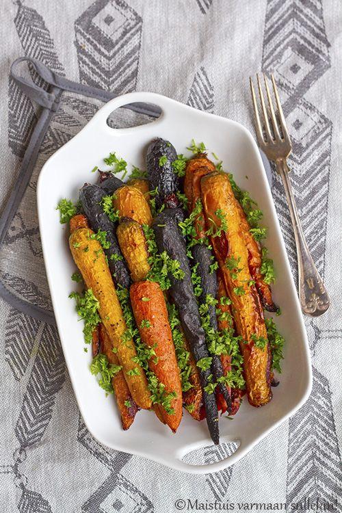 Paahdetut juurekset ja vihannekset ovat herkullisia, koska paahtaminen tuo maut hienosti esiin. Eri värisistä porkkanoista saa värikkään ja maukkaan lisukkeen ruoalle kuin ruoalle. Hunaja antaa porkka