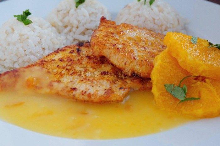 Netradiční hlavní jídlo s chutí exotiky. Krůtí prsa s pomerančovou omáčkou. Jako přílohu podáváme bramborovou kaši nebo rýži. Dobrou chuť!