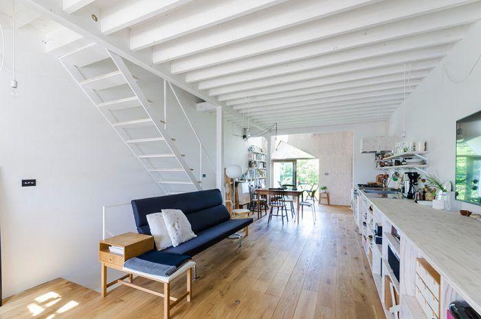 夫婦それぞれの思いを実現した家緑と光と風とアトリエ…別荘ライクで ... 2階のLDKスペース。床の木の色と壁の白色が