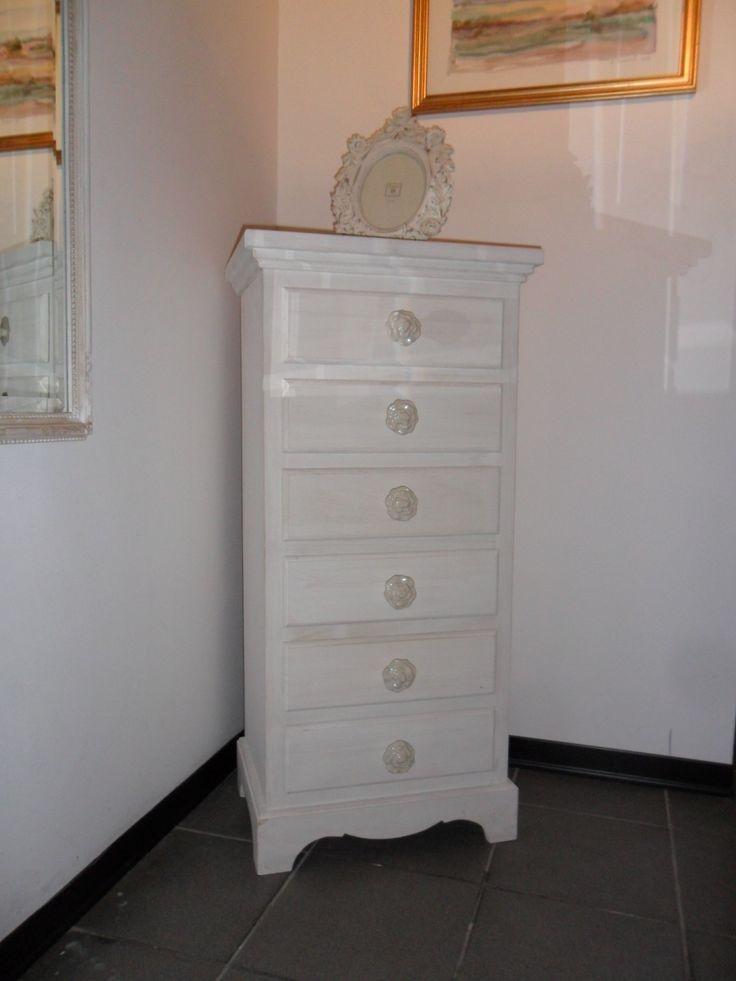 Cassettiera chic con sei cassetti, in legno massello di pioppo,decorata a mano bianco decapato con pomelli in ceramica a stampo floreale.