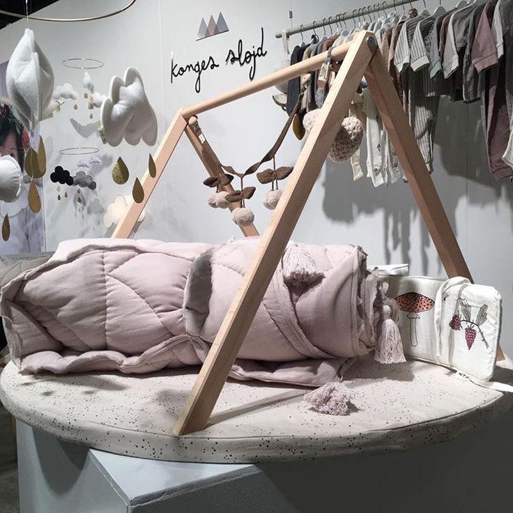 Konges Sløjd fra CIfF Kids Fashion Fair 2017. Her aktivitetsstativ fra danske Littleroom med vedhæng fra Konges Sløjd