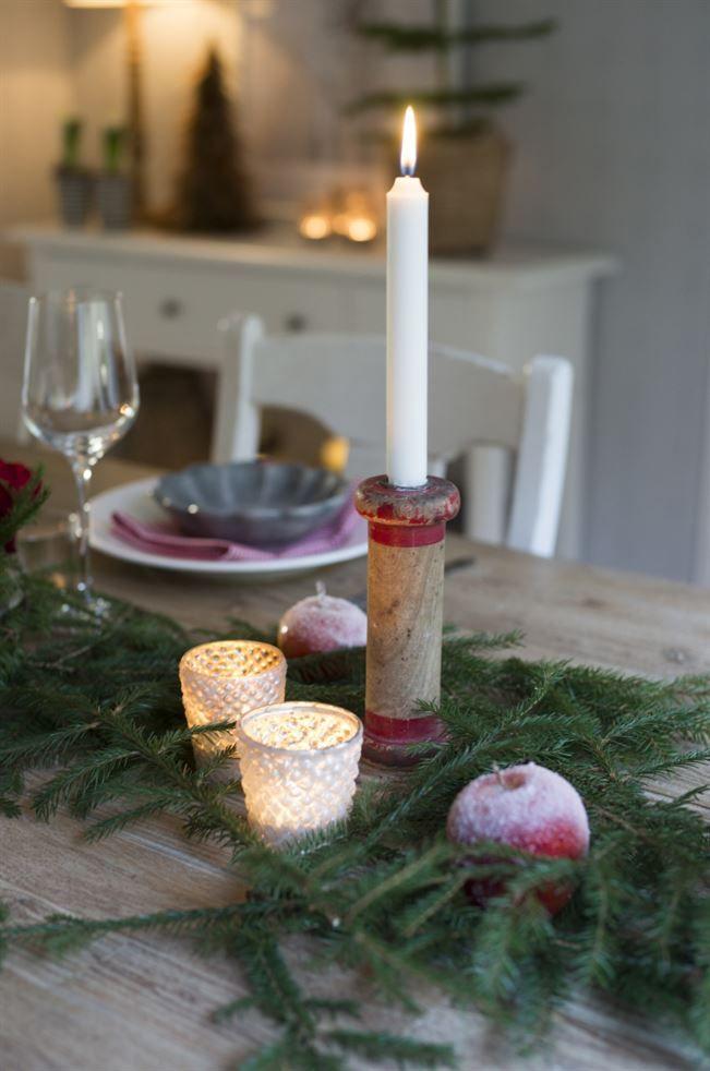 """Julpyntet hemma hos familjen Thorsén har i dag en betydligt mer naturlig look än vad det hade under tidigt 2000-tal då de kulörta kulorna regerade i det gamla torpet. Katarina inspireras av naturen omkring sig och plockar gärna in saker från skogen bakom huset. """"Jag använder mig mycket av granris och kottar och vackra grenar."""" Sedan dekorerar hon också mycket med både frukt och kryddor som är typiska för julen."""