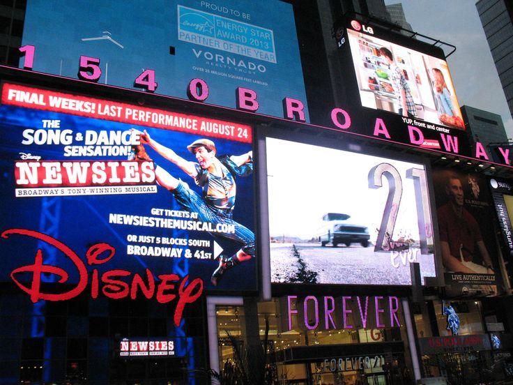 Daar waar Broadway en Seventh Avenue samenkomen is het 's avonds lichter dan overdag: Dit is Times Square.