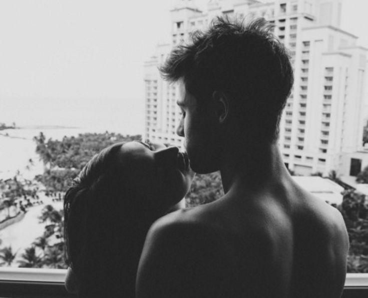 Los besos son y serán una de las muestras de afecto más perfectas que pueden existir, pues tienen tantas maneras de ser que abarcan un mundo de posibilidades, desde algo muy tierno e inocente, hasta algo más atrevido y pasional. Sin duda somos muchos los que esperamos con ansias por nuestro primer beso, y estábamos seguros que sería lo mejor del universo, a pesar de los nervios y todo lo que pasaba por nuestra cabeza, lo tuvimos, algunos tiene recuerdos más increíbles que otros, pero sin…