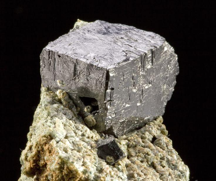 Un grupo de científicos ha descubierto nuevas propiedades del mineral KBNNO, capaz de generar electricidad de la energía solar, de la cinética y del calor. #ciencia #electricidad #energía
