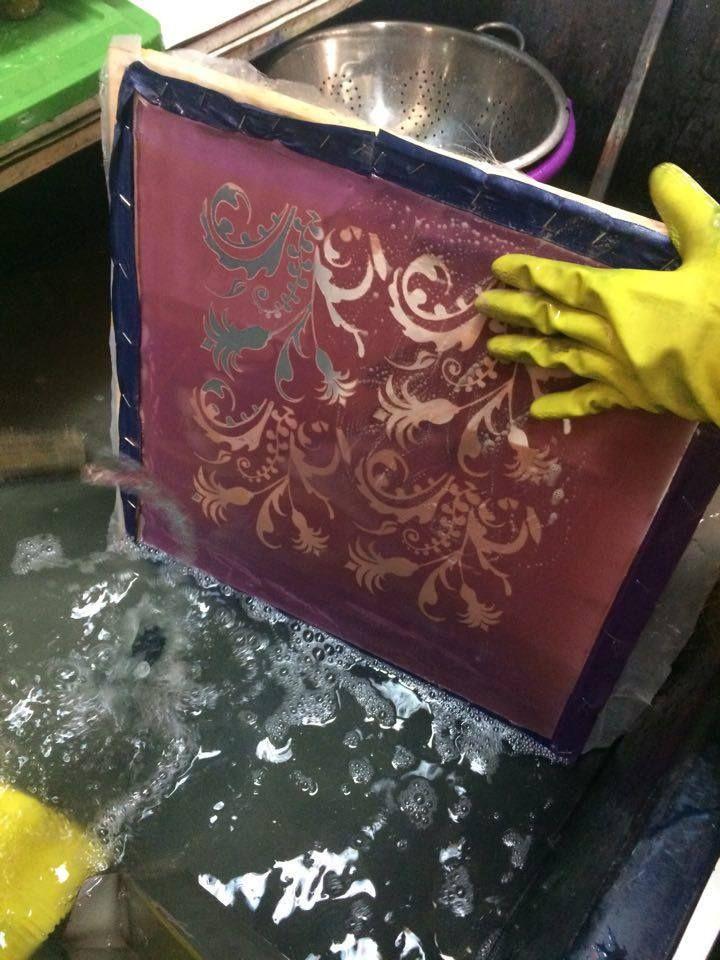 7. Se enjuaga el Shablon ya fotograbado para retirar los  excedentes de emulsión y se deja secar, evidenciando de a poco el diseño en la matriz.