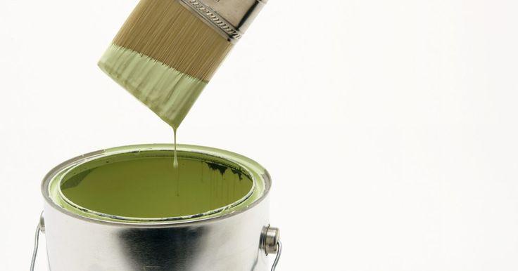 Como tirar tinta utilizando aguarrás . Nem todos os tipos de tinta podem ser removidos da pele com apenas água e sabão. A aguarrás é um solvente de tinta eficiente que pode remover a maioria das tintas e vernizes da pele. Por ser inflamável e irritar os olhos e pele, só deve ser utilizada para remover tinta da pele quando não tiver outro jeito. Quando utilizar o produto, faça isso em ...