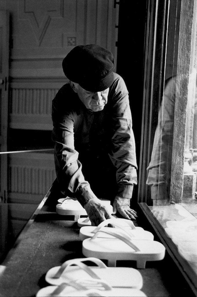 Dani Karavan mentre allestisce una sua opera alla Fattoria di Celle 1999.  ©CarloChiavacci