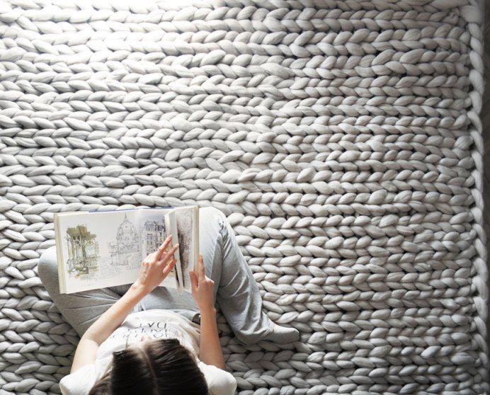 Designer ucraniana utiliza tricô gigante para tecer cobertores super grossos