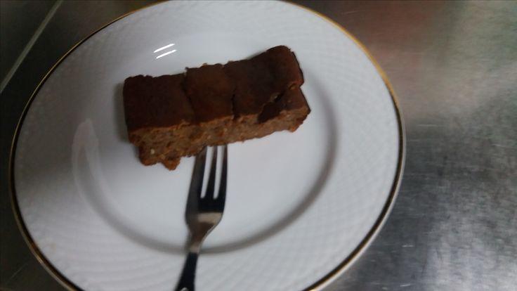 Ontem fiz bolo de alfarroba e hoje como o prometido é devido cá está  a receita: Fica muito fofinho para além de muito saudável 😋  Ingredientes: 3 ovos 2c. Sopa de linhaça 2c. Sopa de farinha de aveia 1c. Sopa de farinha de alfarroba 1 c. Sopa de polvilho azedo 3 c. De iogurte grego ou queijo quark Beterraba ; 1 banana triturado 1 c. De mel 1 c. De óleo de coco  Bati as claras em castelo depois misturei as gemas os outros. https://youtu.be/ToephIEg3HE