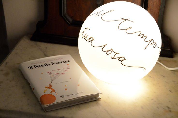Lampe en forme de boule, avec décoration personnalisée, chez Roberta // Lampa a forma di palla, con decorazione personalizzata, a casa di Roberta  #LettersLoveLife  #déco #maison #calligraphie #arredamento #casa #calligrafia #interiordesign #decor #home #decoratingideas #calligraphy #lamp