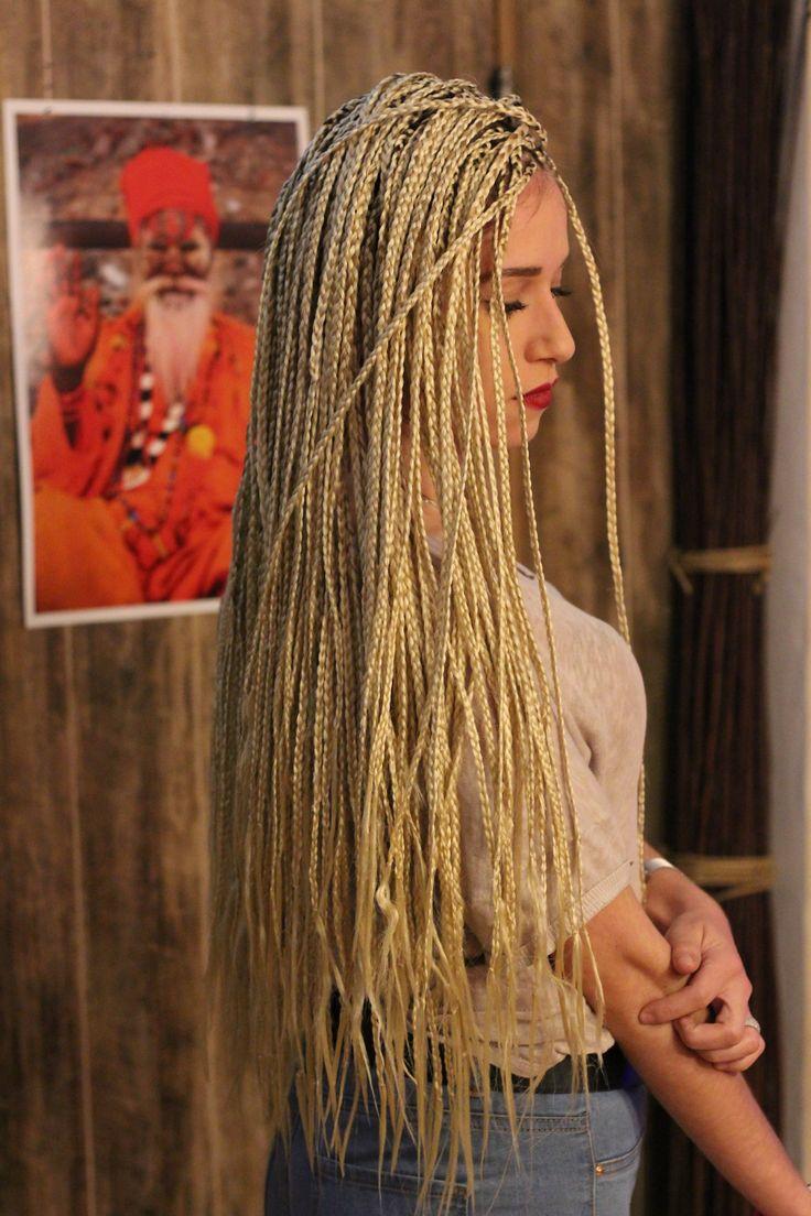 •Extra Uzun Afrika Örgüsü • Gördüğünüz model 3 ay kullanım süresi olup saça zarar vermeyen örgü stlidir. • Doğru ekleme ve doğru gramaj seçimi ile gayet rahat kullanımı vardır. • Sentetik saç olduğu için sabırlı olursanız gerçek saça nazaran daha hızlı kuruduğunu farkedeceksiniz . • Normal günlük saç dökülmesinin üzerine örgüden kaynaklı bir dökülme ile karşılaşmayacaksınız. • Örgü saçınızın yumuşak kalmasını sağlar ve sağlıklı uzamasını destek olur. • www.kargartstudio.com •0555 899 03 30