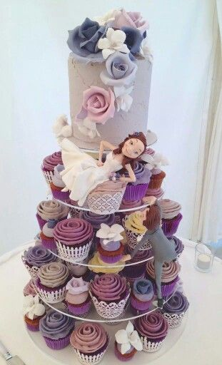 Wow this is a great looking wedding cake arrangement... I really love the colors on this cake display
