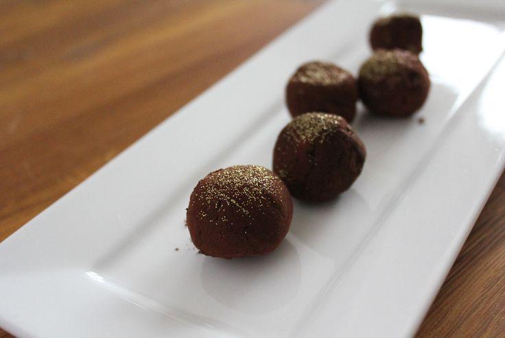 Hoe feestelijk en bijzonder is het om je gasten tijdens de koffie/thee ter afsluiting van het diner te verrassen met deze heerlijke zelfgemaakte chocolade truffels?Extra feestelijk dankzij de eetbare goudglitters die je er vlak voor het serveren over strooit. Hier maak je indruk mee! Truffels zijn supermakkelijk zelf te maken en de enigeingrediëntenzijnchocolade, slagroom, boter …