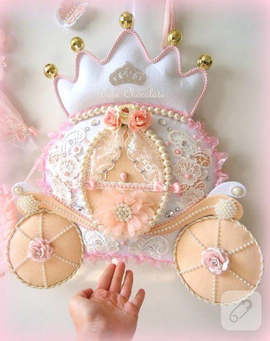 pudra tonlarında keçeden yapılmış balkabağı arabası ve prenses süslemeli, inci ve fransız dantel detaylı kız bebek odası kapı süsü ve detay fotoğrafları 10marifet.org'da