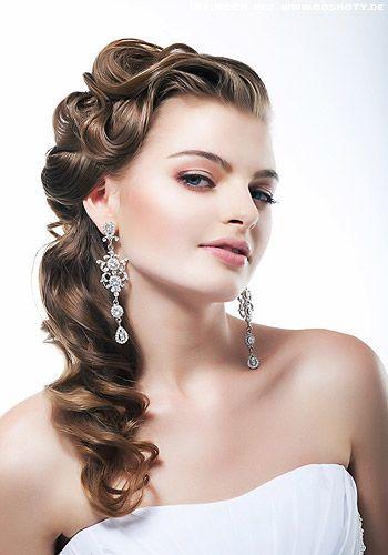 Glamour-Wellen fallen seitlich über die Schulter - Gewellt Frisuren-Bilder - COSMOTY.de