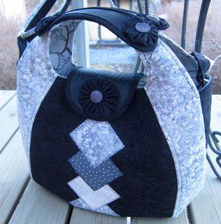 Tilkkureppu: Musta-valko-harmaa laukku ja tilkkutyömallit.