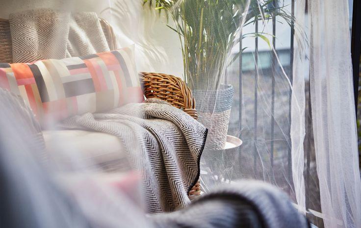 PARA EL RIEL DE CORTINA??    Detalle de una zona para sentarse bajo un dosel traslúcido.    Si te gusta leer en el balcón pero sin que haya demasiado ruido, crea un pequeño refugio privado. Coloca una pantalla de privacidad en la barandilla del balcón para protegerte del viento y evitar que te vean las personas que pasan por la calle. Decóralo con plantas y artículos textiles de exterior, y pon alguna solución de iluminación, y tendrás una especie de comedor al aire libre.