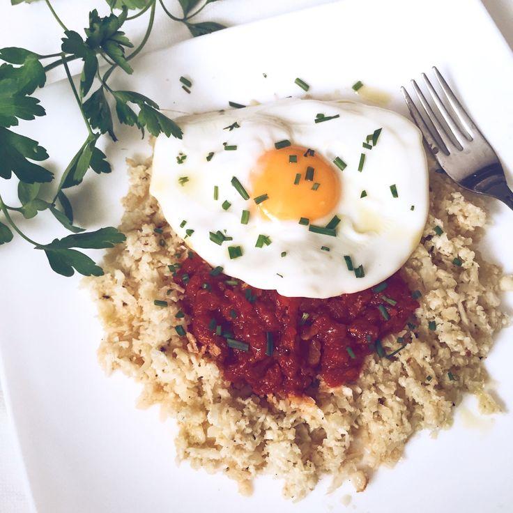 """¿Te encanta el arroz pero no tomas tanto por que """"engorda""""?¿Crees que el arroz va con todo y te apetece de acompañante con la mayoría de tus platos? ESTA RECETA ES LA TUYA, no vas a haber probado algo tan rico,sencillo, ligero y saludable jamás de los jamases y ejerce de arroz con cualquier plato! ¡ Y LISTO EN 5 MINUTOS!! Lava la coliflor y SÉCALA, ralla la coliflor con... sigue leyendo"""