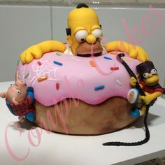 Na Couple Cakes Os Simpsons são sempre muito bem vindos, mas dessa vez tivemos que chamar o Bartman e o Porco Aranha para impedir que o Homer devorasse o bolo (ou rosquinha?) todo!!! #couplecakes #cakedsign #cake #thesimpsons #ossimpsons #bartman #bart #spiderpig #porcoaranha #donuts #homer #homersimpson