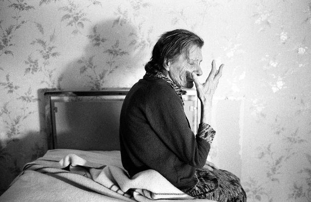 """Jean-Louis Courtinat """"Malade Alzheimer dans sa chambre, Villejuif, 1994"""