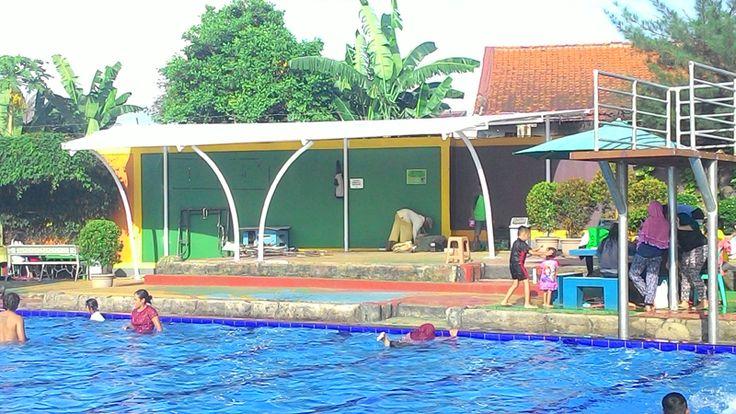 Tenda membrane dengan kanopi kain di tempat kolam publik