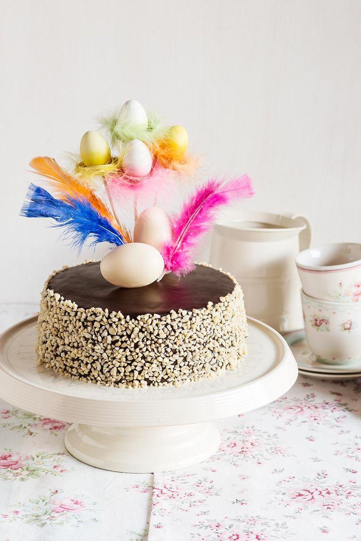 Mona de Pascua de chocolate y crema sobre stand con campana Esta mona de Pascua de chocolate y crema, inspirada en esta, es un poco laboriosa, como todas las monas, pero es tan bonita que merece la pena hacerla para una ocasión tan especial como...