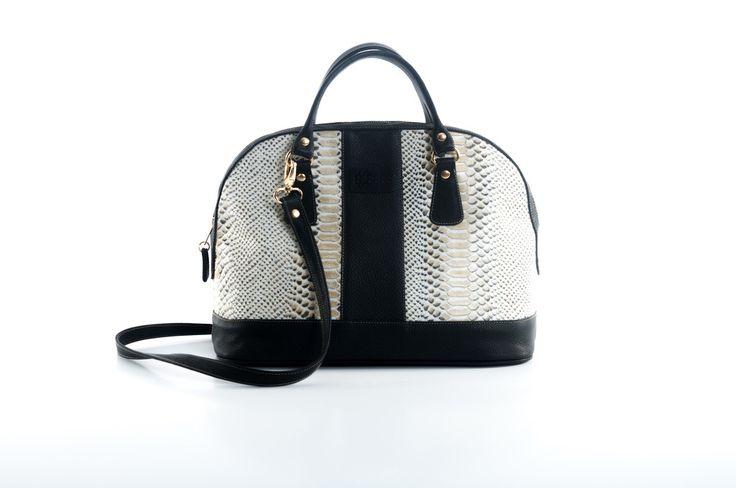 La bolsa satchel combinada de Sarah Bustani Bags es inteligente y sofisticada. Vista vibora con acentos negros, logotipo troquelado y una comoda correa crossbody desmontable.