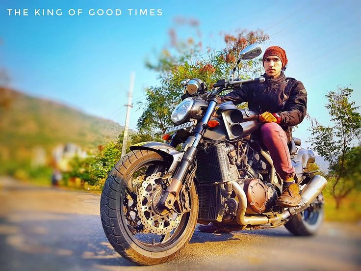 King of good times #yamaha #vmax #beast #black #johnybravo #inline #blackrubber #sundayride #sunday #funday #weekend #ride #photography #photoshoot #scene #topspeed #gears #mthelmets #rynox #magna #dianese #wild #vale46 #mobistar #mechanics #love #peace #karma