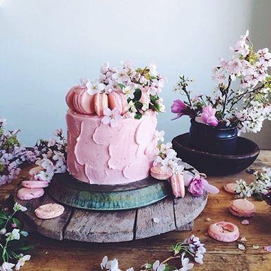 lovely buttercream and macaroons cake