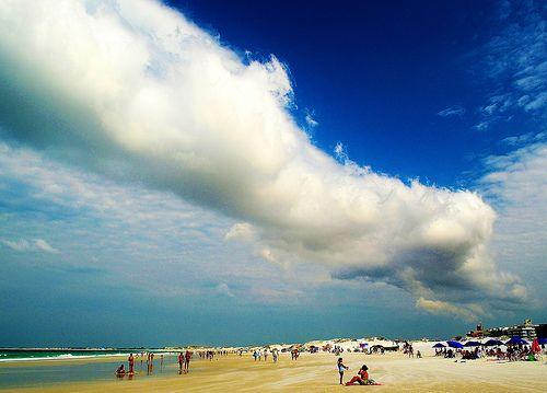 A nuvem e a praia / The cloud and the beach