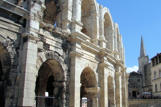 Roman amphitheater built around 80 AD. BC - 90 AD. AD, the arena of Arles is directly inspired by the Coliseum. In this building, 25,000 spectators could watch gladiator fights at the ancient games and the Roman victory celebrations.