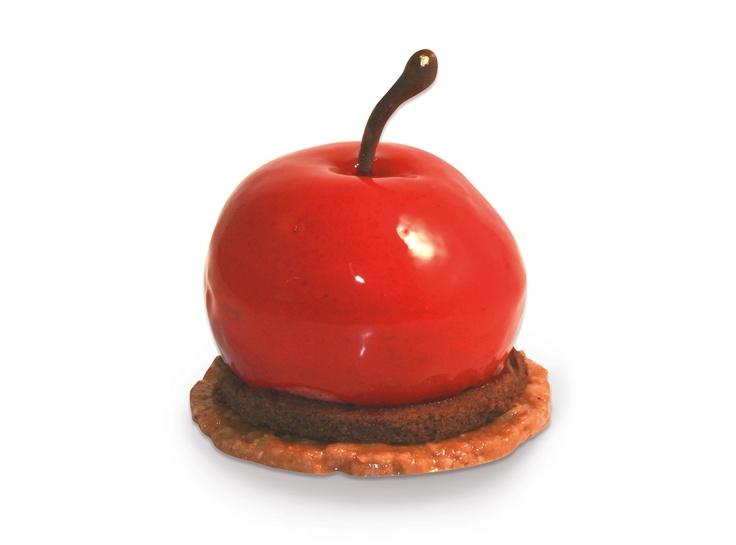 La cirera   Mousse ligera de cereza, interior de compota de cereza y cremoso de yogur. Base crujiente de galleta de almendra y chocolate con leche. Molde de cereza de color cereza intenso. #JosepMRodriguez #lapastisseriabarcelona