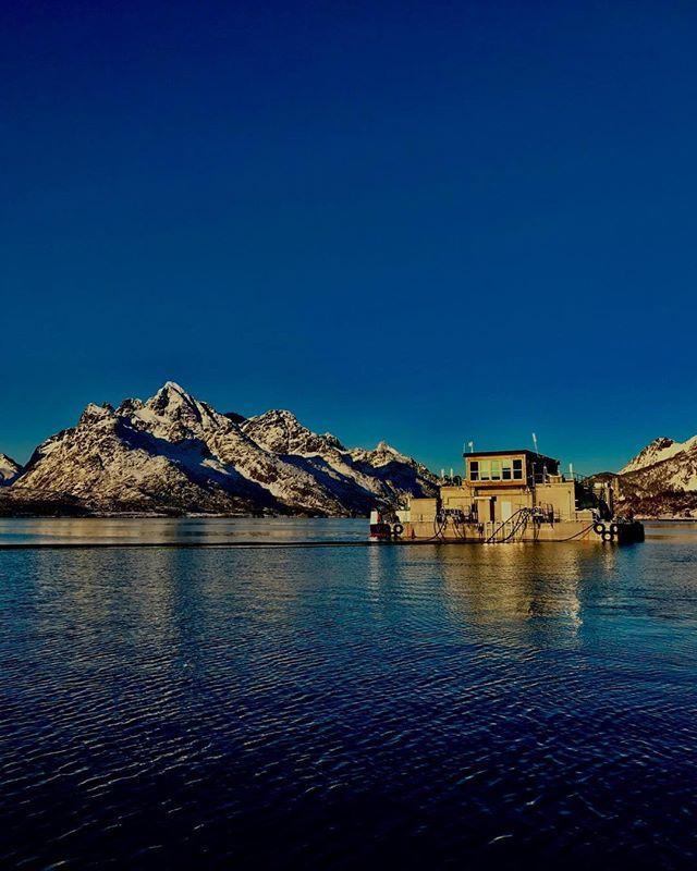 Fine forhold på sjøen denne uka, og gutta fra Sintef (som var på utplassering i arbeidslivet), hadde en grei dag på jobben  #Vesterålen #Lofoten #Nordnorge #ig_nordnorge #fjell #sjø #utsikt #fjord #kyst #akvakultur #lakserviktigfornorge #north #northnorway2day #visitnorway #travel #arctic #clear #blue #sea #see #berge #fishing #sailing #kayak #landscape #nature #quiet #great #Norway