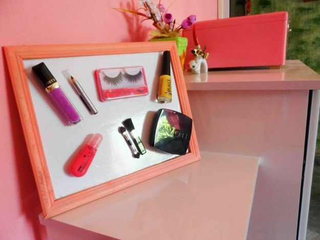 Facilite o acesso aos seus itens preferidos criando um quadro magnético.   26 ideias geniais para organizar seus itens de maquiagem