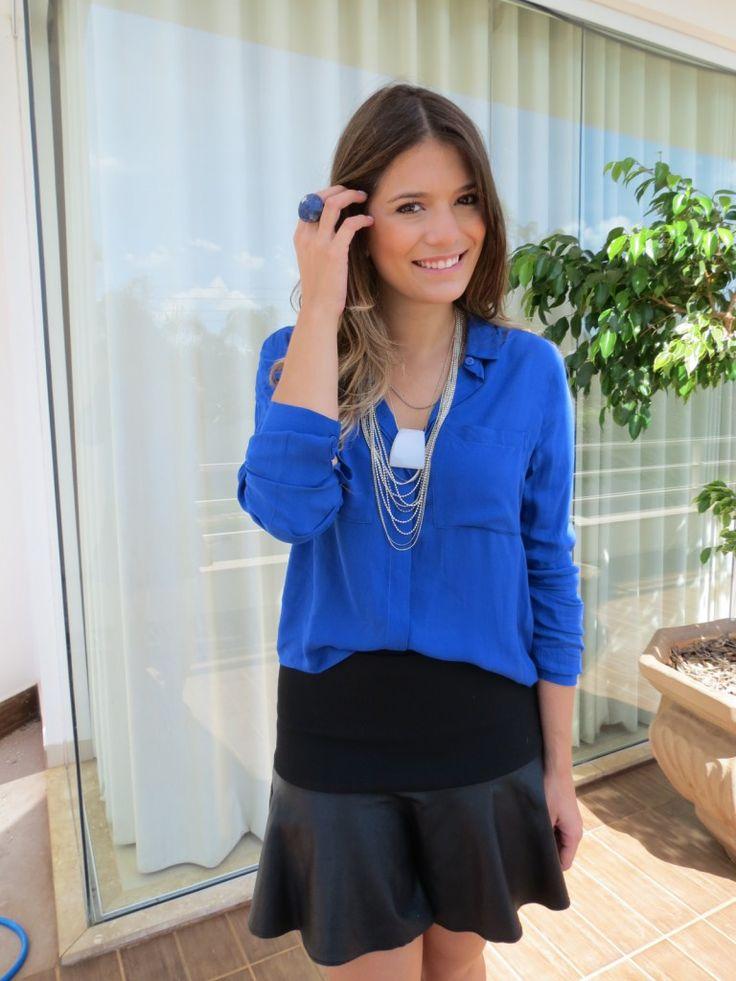 Look Inspiração – Azul Royal | Blog Mãos da Terra | Camisas azuis, Look, Colares