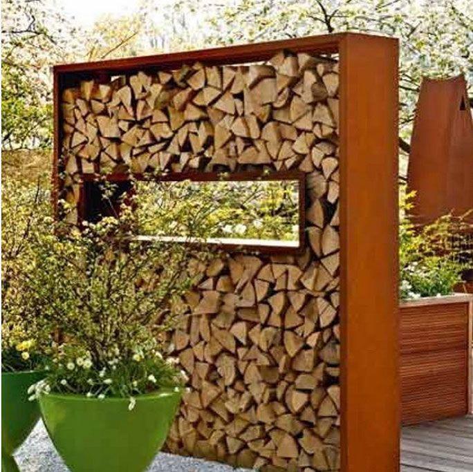 Trennwände mit Feuerholz als Sichtschutz