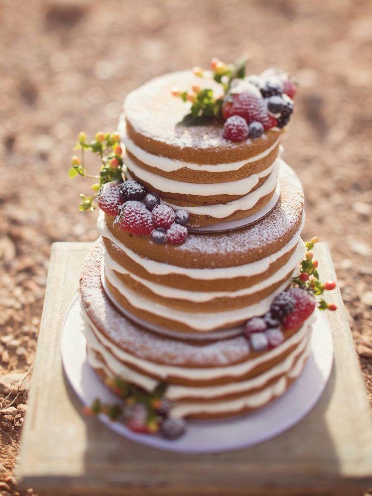 Schlicht, hübsch und sieht lecker aus: Wenn ihr noch auf der Suche nach Inspiration für einen Naked Cake für eure Hochzeit seid, dann werdet ihr hier sicher fündig.