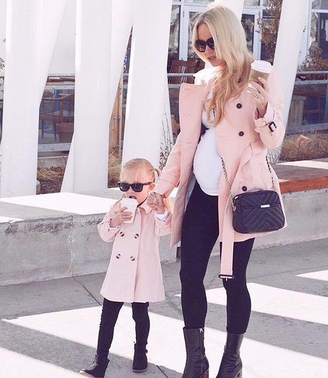 Äidin ja tyttären samistelu tyylikkäästi toteutettuna Kaunis väriyhdistelmä vaaleanpunaista, valkoista ja mustaa on yksi suosikkejani Viimeaikoina olen ajautunut pukemaan poikiani samisteluvaatteisiin, ehkä isä seuraa kohta perässä?  • • • : @kweilz Kate I love this look on you and your daughter • • • #momlife #stylish #stylishliving #momanddaughter #style #kidsstyle #girlstyle #kidsfashion #minifashion #stylishgirl #outfit #kidsoutfit #momsoutfit #samistelua #lastenvaatteet #äiti...